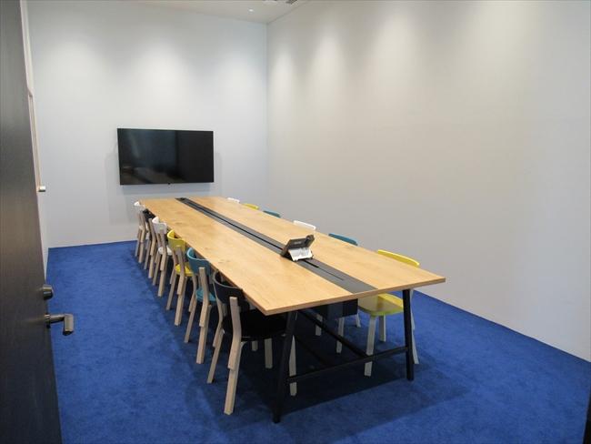 カラフルな会議室