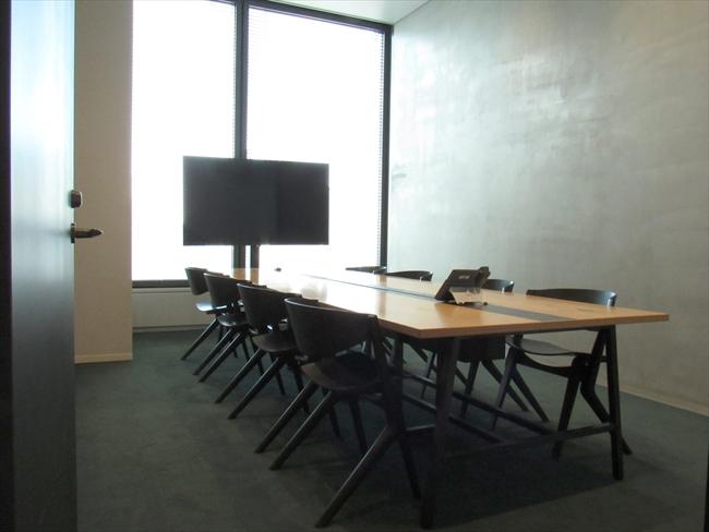 自然光が入るシックな雰囲気の会議室