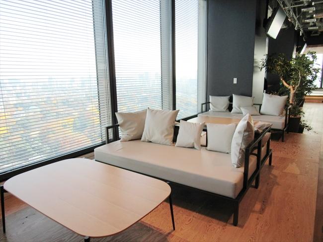 社内カフェのソファ